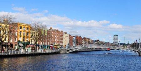 Photo pour Vue des quais de Dublin le long de la rivière Liffey . - image libre de droit