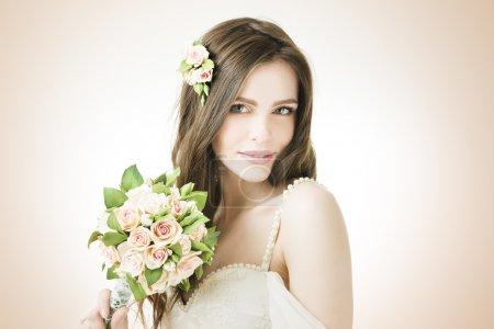 belle mariée avec bouquet de mariée