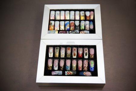 Photo pour Échantillons d'ongles artificiels en boîtes. - image libre de droit