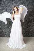 Krásná indiánka v bílých svatebních šatech