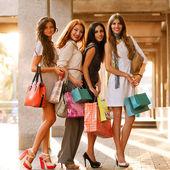 Filles heureuse des achats au centre commercial