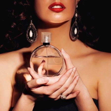Photo pour Belle femme avec le parfum, studio tourné - image libre de droit