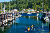 Bílá plachetnice marina kajaky reflexe gig harbor Washingtonu s