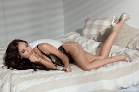 Photo pour Jeune belle fille érotique sexy au lit - image libre de droit