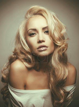 Photo pour Photo de belle femme aux magnifiques cheveux blonds. Extension de cheveux, Cheveux Permés - image libre de droit