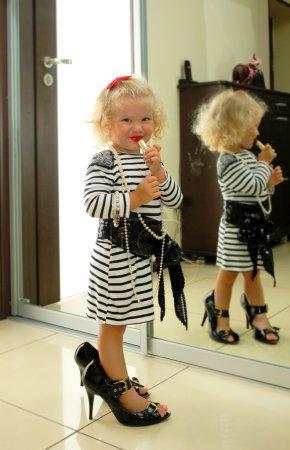 Photo pour Bébé fille avec accessoires pour adultes jouant à la maison - image libre de droit