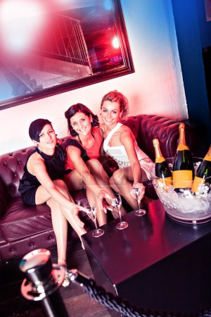 Foto de Grupo de mujeres jóvenes en el bar - Imagen libre de derechos