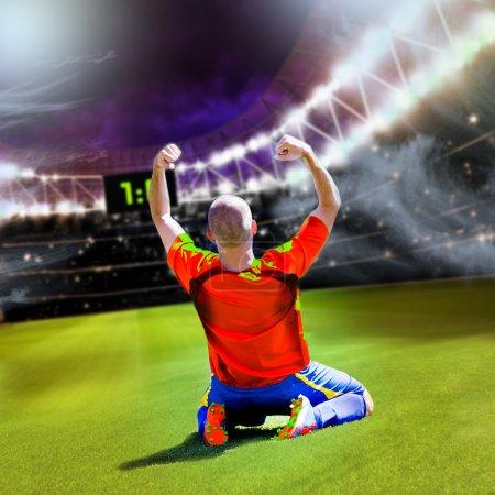 Photo pour Footballeur ou joueur de football sur le terrain - image libre de droit