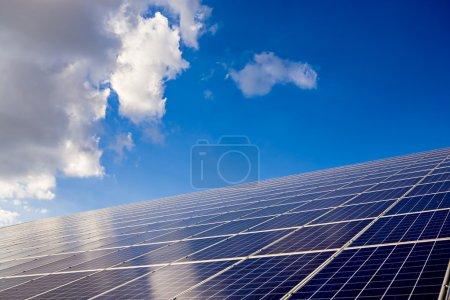 Foto de Instalación de colectores solares en un campo en Alemania - Imagen libre de derechos