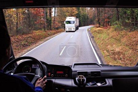 Photo pour Vue du conducteur depuis le cockpit d'un camion sur la route - image libre de droit