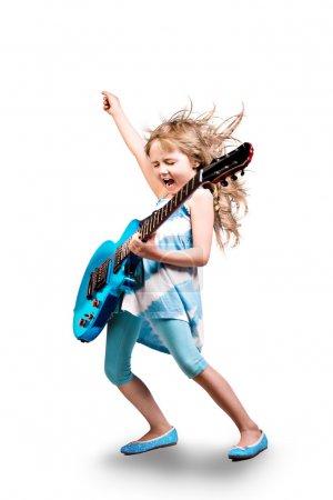 Foto de Retrato de joven con una guitarra en el escenario - Imagen libre de derechos