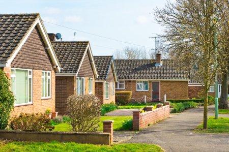 Photo pour Bungalows dans un quartier de banlieue uk au printemps - image libre de droit