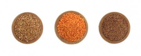 Photo pour Sarrasin, lentilles rouges et graines de lin sur une plaque en bois isolé sur fond blanc - image libre de droit