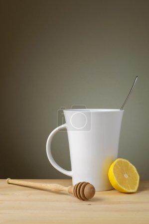 Photo pour Tasse de thé blanc avec une tranche de citron et le bâton en bois - image libre de droit