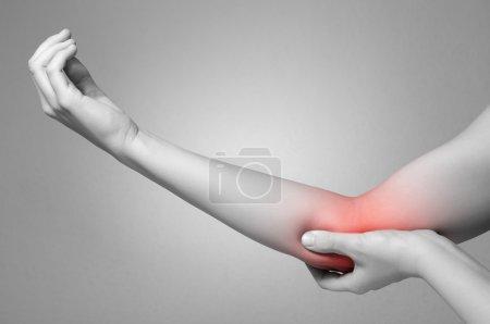Photo pour Une jeune femme toucher son coude douloureux - image libre de droit