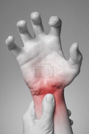 Photo pour Une jeune femme masser son poignet douloureux - image libre de droit
