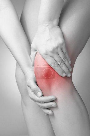 Photo pour Une jeune femme masser son genou douloureux - image libre de droit