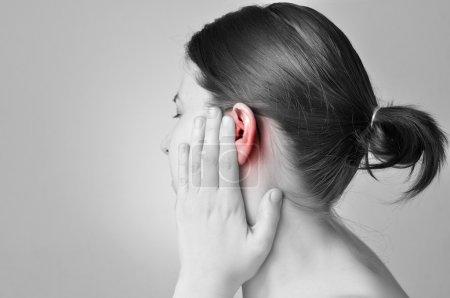 Photo pour Jeune femme toucher son oreille douloureuse - image libre de droit
