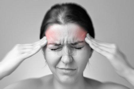 Photo pour Une jeune femme tenant sa tête douloureuse - image libre de droit