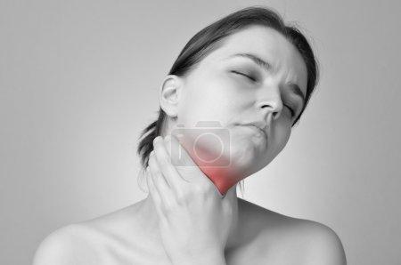 Photo pour Jeune femme tenant sa gorge douloureuse - image libre de droit