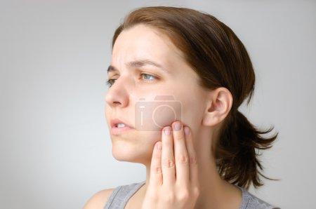 Photo pour Jeune femme ayant des maux de dents - image libre de droit