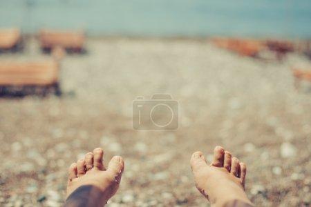 Photo pour Les jambes des femmes sur la plage en été - image libre de droit