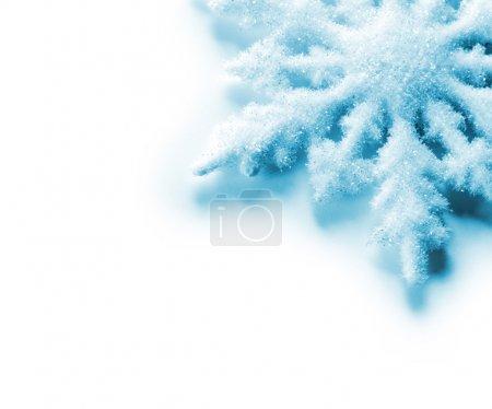 Foto de Primer plano de copo de nieve azul sobre blanco - Imagen libre de derechos