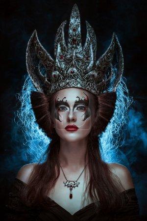Photo pour Visage de femme élégante Reine avec des lèvres rouges et maquillage pour les yeux noir - image libre de droit