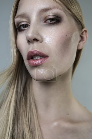 Photo pour Exceptionnelle belle blonde jeune fille fashion modèle portrait gros plan - image libre de droit