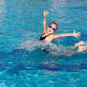 Malá holčička hraje v bazénu