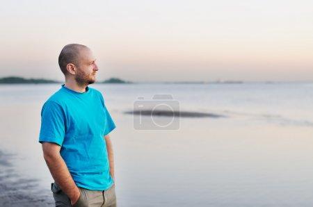 Photo pour Homme chauve courageux debout au bord de la mer - image libre de droit