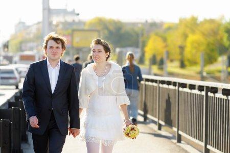 Photo pour Mariée et le marié marcher ensemble à l'extérieur - image libre de droit