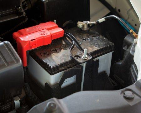 Photo pour Batterie de voiture dans la salle des machines - image libre de droit