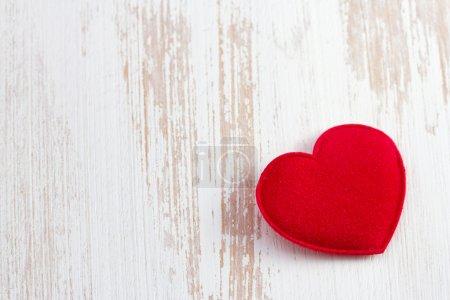 Photo pour Coeur rouge sur vieux bureau en bois - image libre de droit