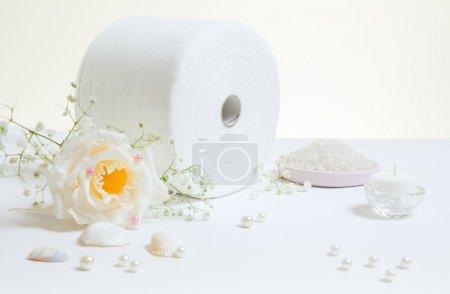 Photo pour Rouleau de papier toilette avec rose, perles et coquillages - image libre de droit