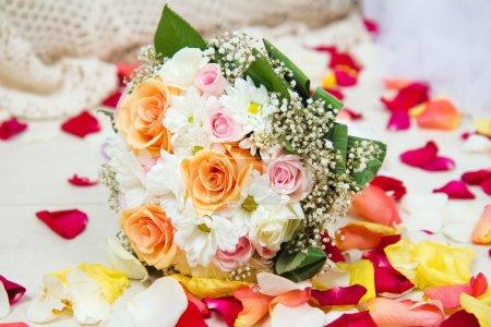 Foto de Ramo de rosas amarillas, rosas y blancas con pétalos de rosa - Imagen libre de derechos