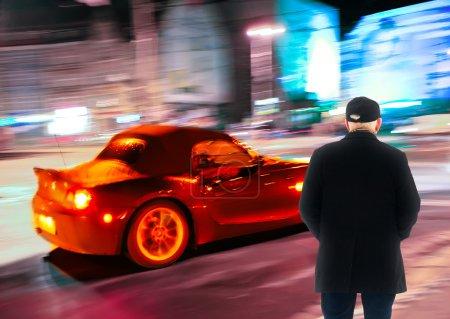 Photo pour Homme seul debout et regarder la ville - image libre de droit