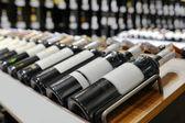 červené a bílé víno v lahvích