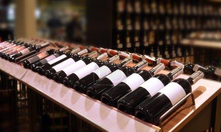 Photo pour Vin rouge et blanc en bouteilles dans la boutique de vin - image libre de droit