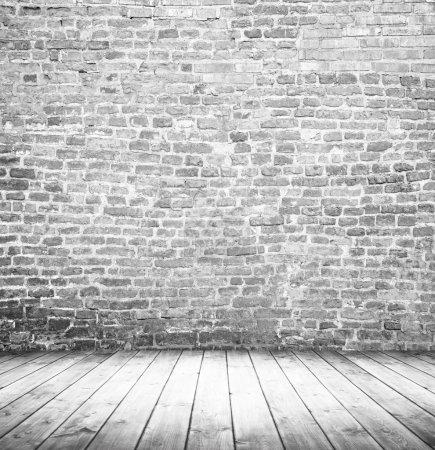 Photo pour Intérieur blanc vide de chambre vintage sans plafond de mur de pierre grunge gris et vieux plancher de bois . - image libre de droit