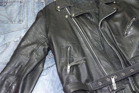 Photo pour Veste cloutée en cuir de style classique sur un pantalon denim - image libre de droit