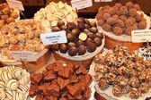 Různé cukrovinky v obchodě