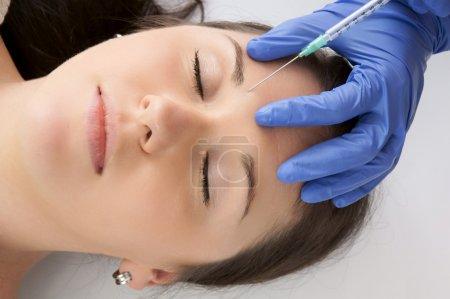 Photo pour Femme obtenir une injection de botox - image libre de droit