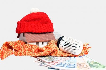 Photo pour Thermostat avec billets et petite maison - image libre de droit