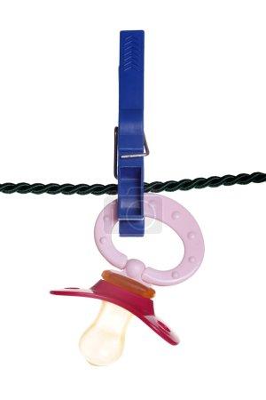 Photo pour Sucette sur une corde à linge - image libre de droit