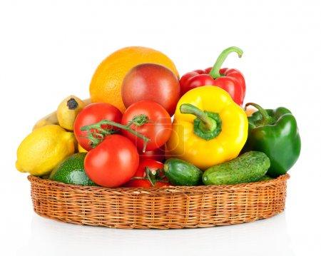 Foto de Frutas y verduras en cesta aislado sobre un fondo blanco - Imagen libre de derechos