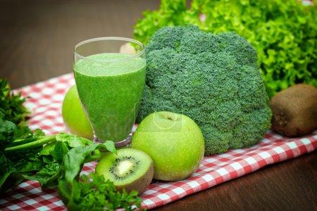 Photo pour Green smoothie - jus vert et ingrédients - image libre de droit