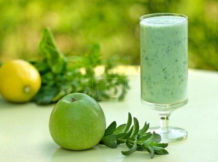 Photo pour Jus de smoothie vert - vert - image libre de droit