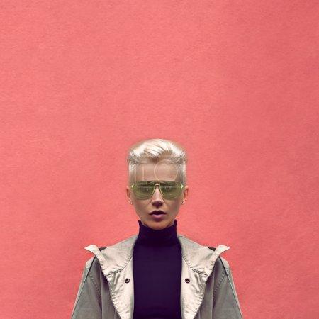 Photo pour Mode de style urbain sur fond rouge - image libre de droit