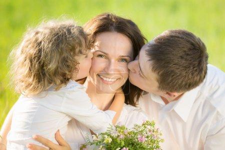 Photo pour Famille heureuse, s'amuser en plein air dans le champ de printemps vert - image libre de droit
